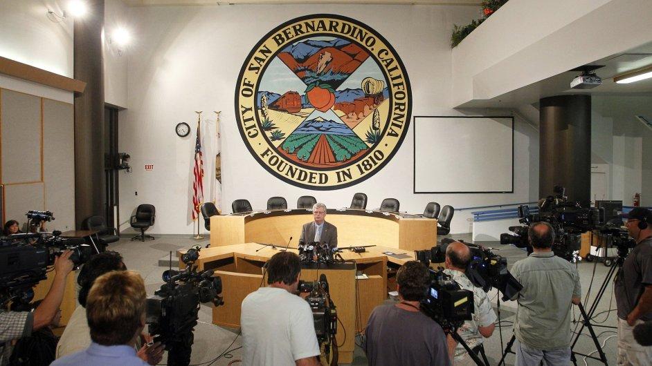 Advokát kalifornského San Bernardina mluví s novináři