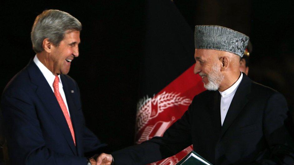 Kerry a Karzái si podávají ruce na tiskové konferenci v Kábulu