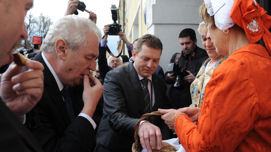 Prezident Miloš Zeman jí chléb se solí, kterým ho uvítali během návštěvy Karlovarského kraje.