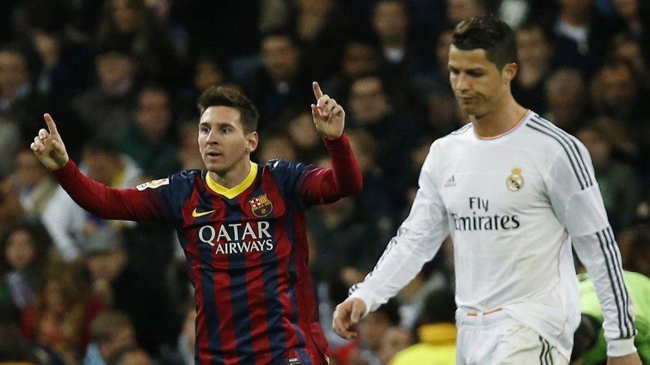 Barcelonský Messi (vlevo) se raduje, madridský Ronaldo smutní.