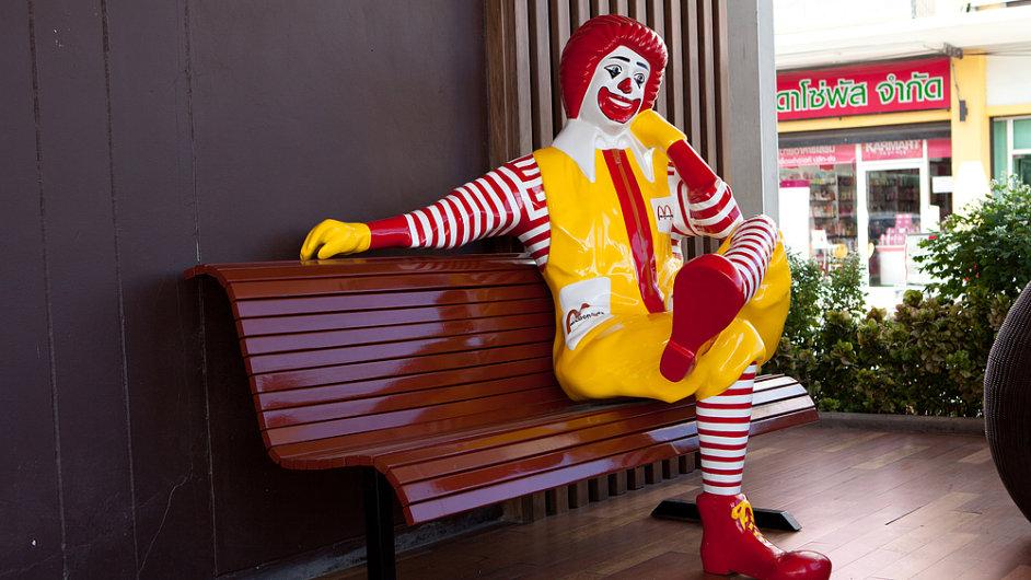 Americký fastfood McDonald's zvýší svým zaměstnancům mzdy o více než 10 procent.