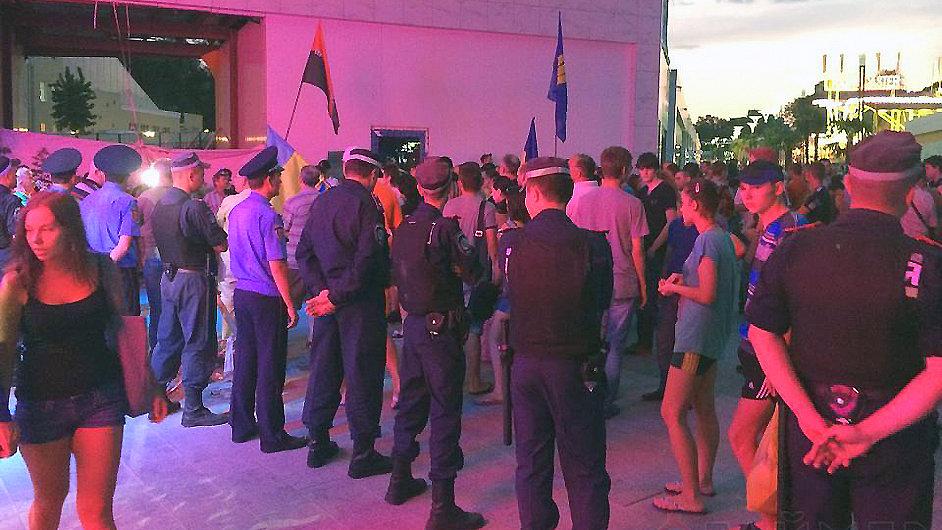 Policisté a ukrajinští vlastenci těsně před nedělním střetem před klubem Ibiza