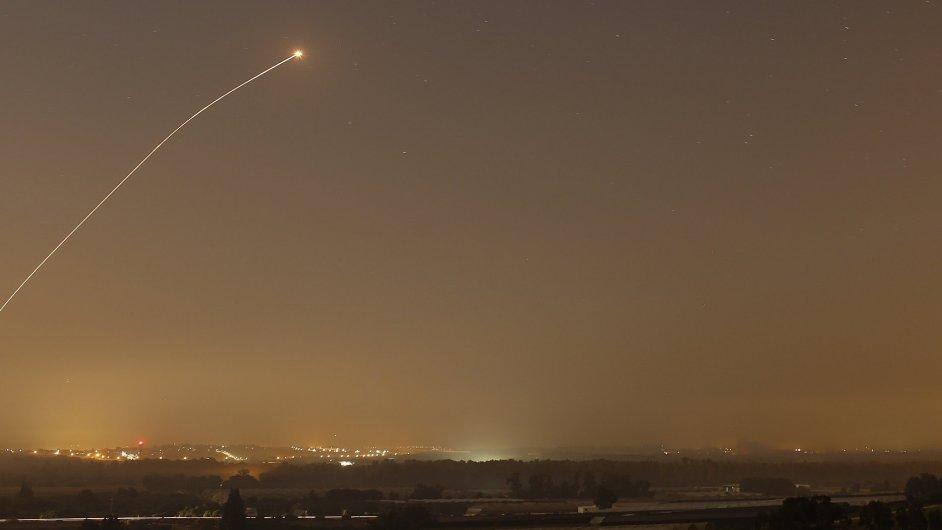 Před útoky běžné Izraelce chrání zejména obranný systém Iron Dome, na obrázku při zásahu rakety z Pásma Gazy
