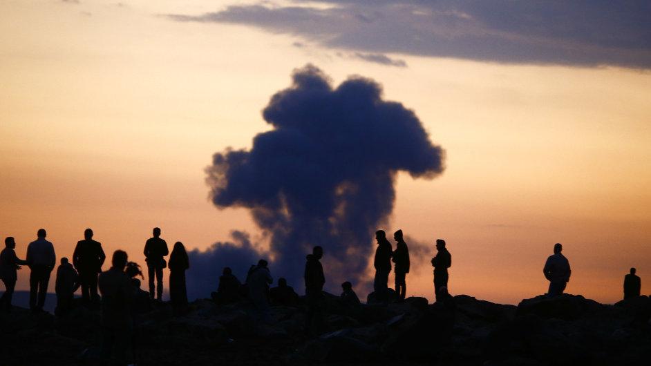 Turečtí Kurdové od hraničního přechodu sledují hořící syrské město Kobani