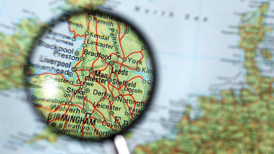 Ilustrační foto - Mapa Evropy s lupou nad Velkou Británií