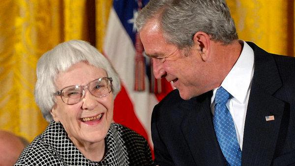 Spisovatelka Harper Leeov� s b�val�m americk�m prezidentem Georgem Bushem.