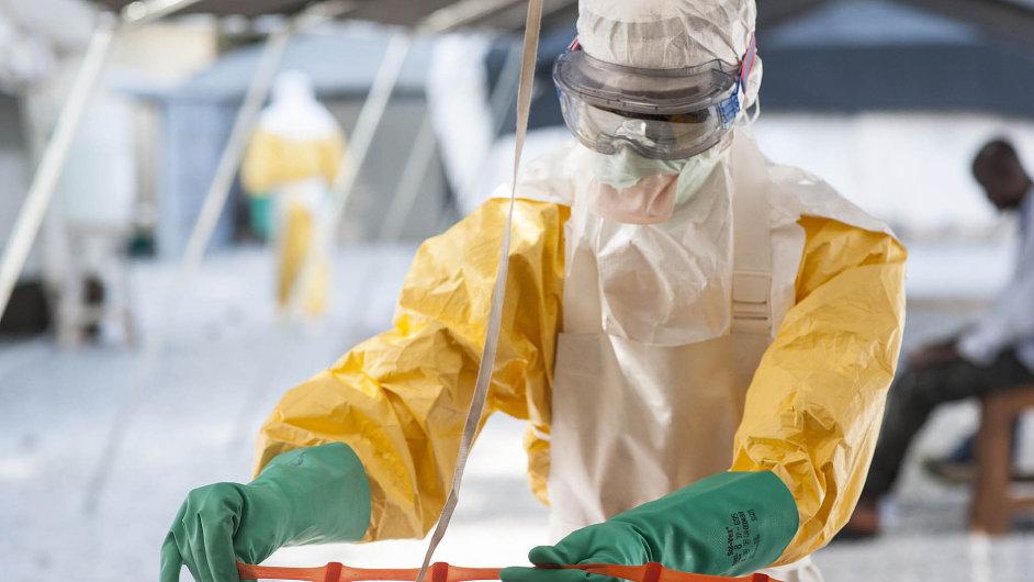 Šíření letošní epidemie se v Africe snaží zastavit přes tři tisíce spolupracovníků Lékařů bez hranic.