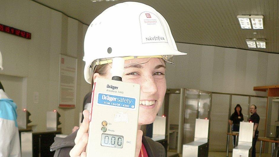 Michaela Flegrová z Open Gate před vstupem do Jaderné elektrárny Dukovany během testu na alkohol