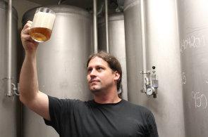 Ostravský sládek se jmenuje Giovani MacDonald. Opustil brazilskou banku a přijel vařit pivo