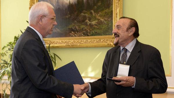 Americký psycholog Philip Zimbardo (vpravo) převzal v září od předsedy Akademie věd Jiřího Drahoše nejvyšší vyznamenání této instituce.