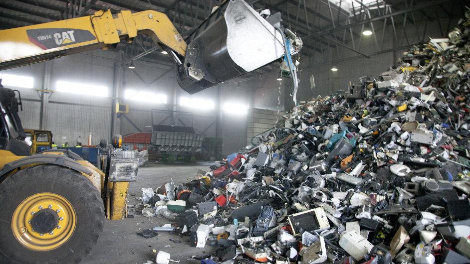 Nakladač nabírá masu elektroodpadu v Jihlavě