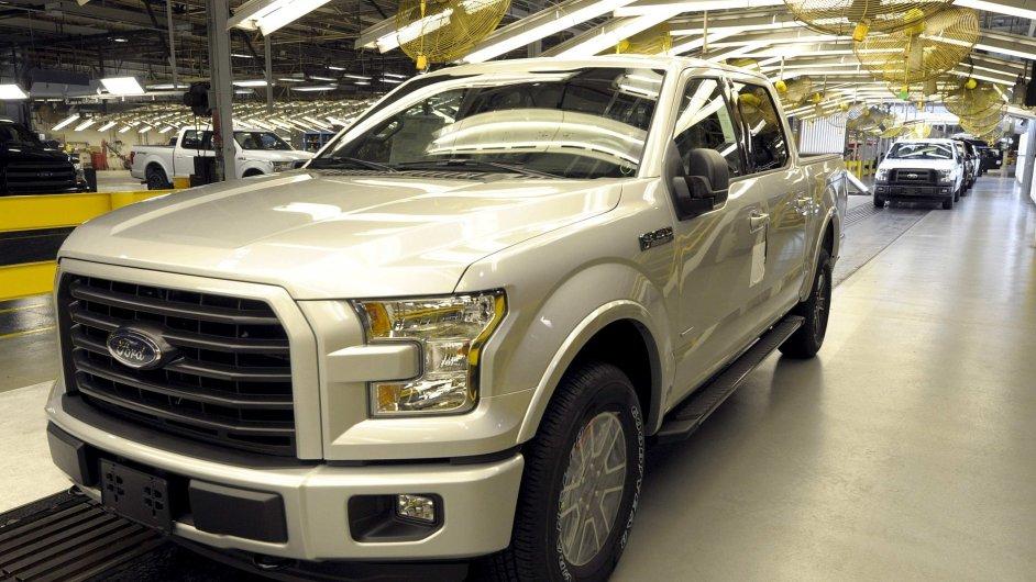 Právě dokončený pickup Ford F150 v továrně automobilky v Kansas City.