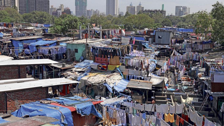 Moderní Indie je světem velkých rozporů. Vedle mrakodrapů stojí slumy, země má kosmický program, ale sňatky domlouvají rodiče.