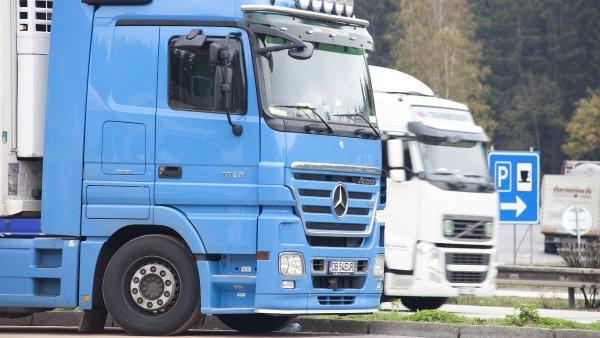 Některé země Evropské unie chtějí zakázat řidičům kamionů přespávat v kabinách.