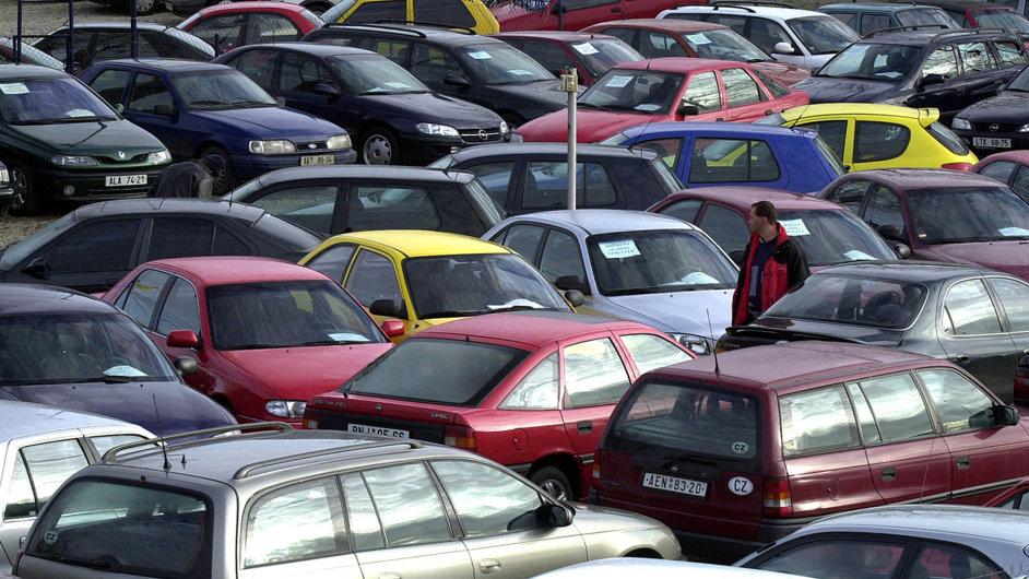 Bez trestu. Pracovníci autobazarů nemusí říct zájemci oojeté auto skutečný stav kilometrů.