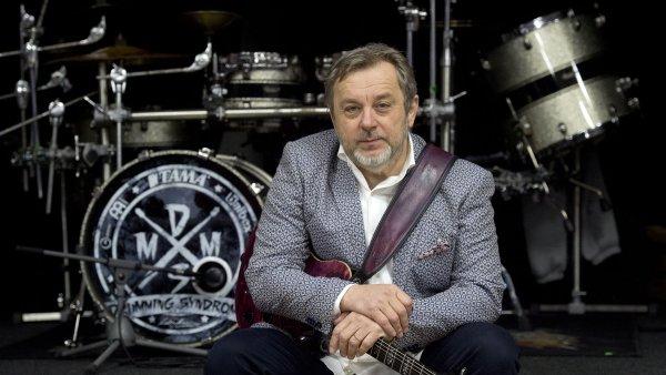 Michal Pavlíček (na snímku) oslaví šedesáté narozeniny sérií vystoupení s kapelou Stromboli. Turné začalo 9. února v Kongresovém centru ve Zlíně a skončí 9. března v Bratislavě.