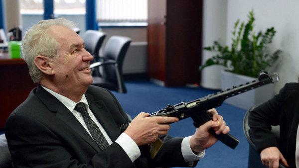 Prezident Zeman na své cestě Libereckým krajem přiznal, že změnil názor na držení zbraní.