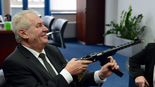 Prezident Zeman na sv� cest� Libereck�m krajem p�iznal, �e zm�nil n�zor na dr�en� zbran�.