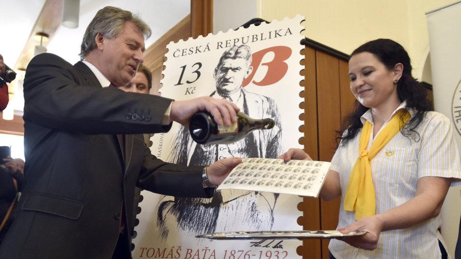 Pavel Velev z Nadace Tomáše Bati křtí nové známky v Baťově vile ve Zlíně