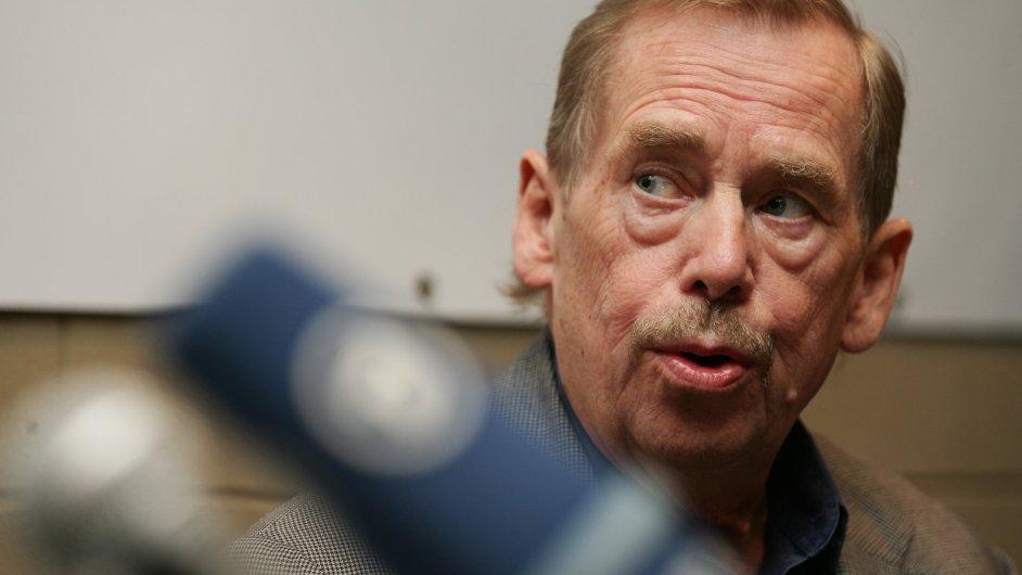 Václav Havel na archivním snímku z roku 2008, kdy představoval svoji hru Odcházení.