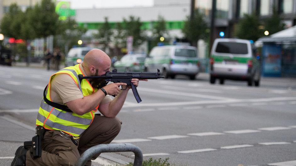 U mnichovského nákupního centra Olympia zasahovalo po střelbě velké množství policistů.