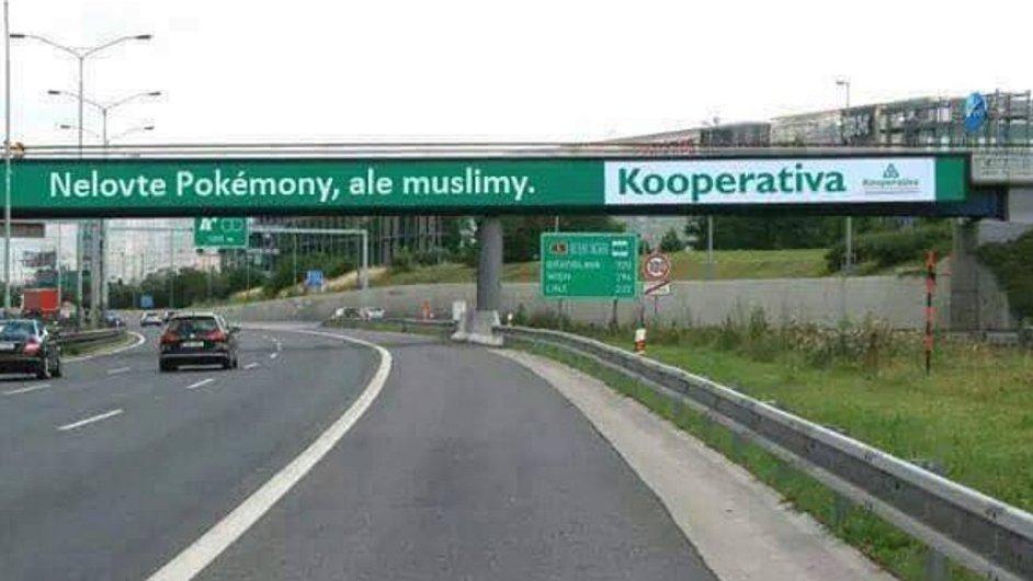 Místo sloganu Nelovte za jízdy pokémony začal po sítích kolovat nápis Nelovte pokémony, ale muslimy.