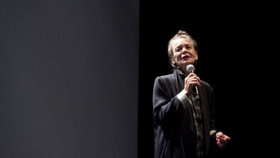 Laurie Andersonová (na snímku) v pražském Divadle Archa promítla film Psí srdce a následně představila ukázky své tvorby.