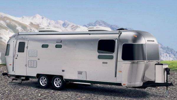 Legenda mezi karavany.Ikonické přívěsy Airstream se vyrábí vamerickém Ohiu. Známé jsou hlavně díky svému chromovému vzhledu.