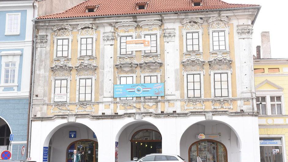 Od 90. let chátrá na náměstí v Kolíně cenný historický dům, který jako jediný stále neprošel opravou.
