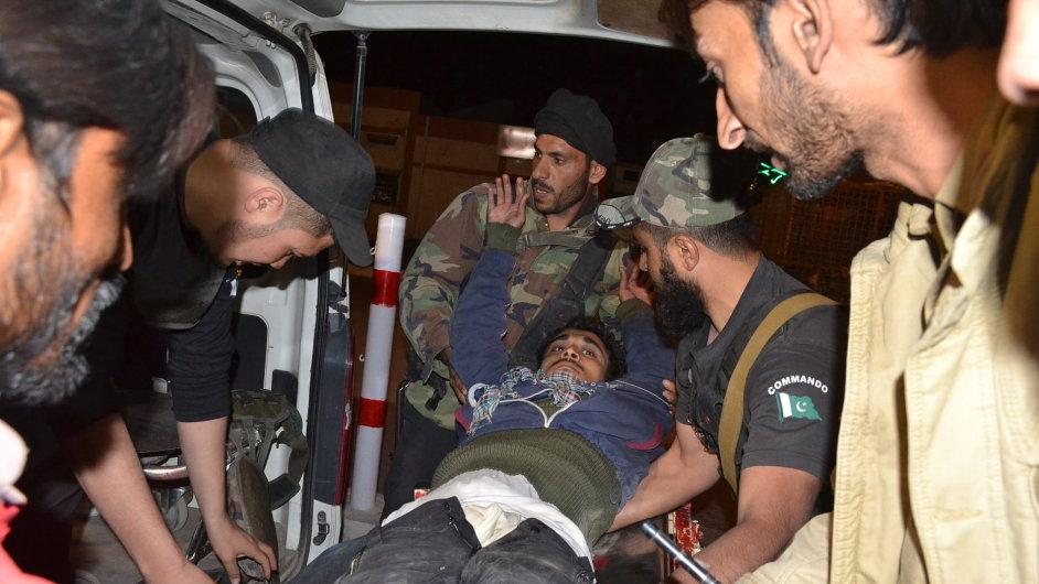 Zranění rekruti po útoku pákistánských ozbrojenců.