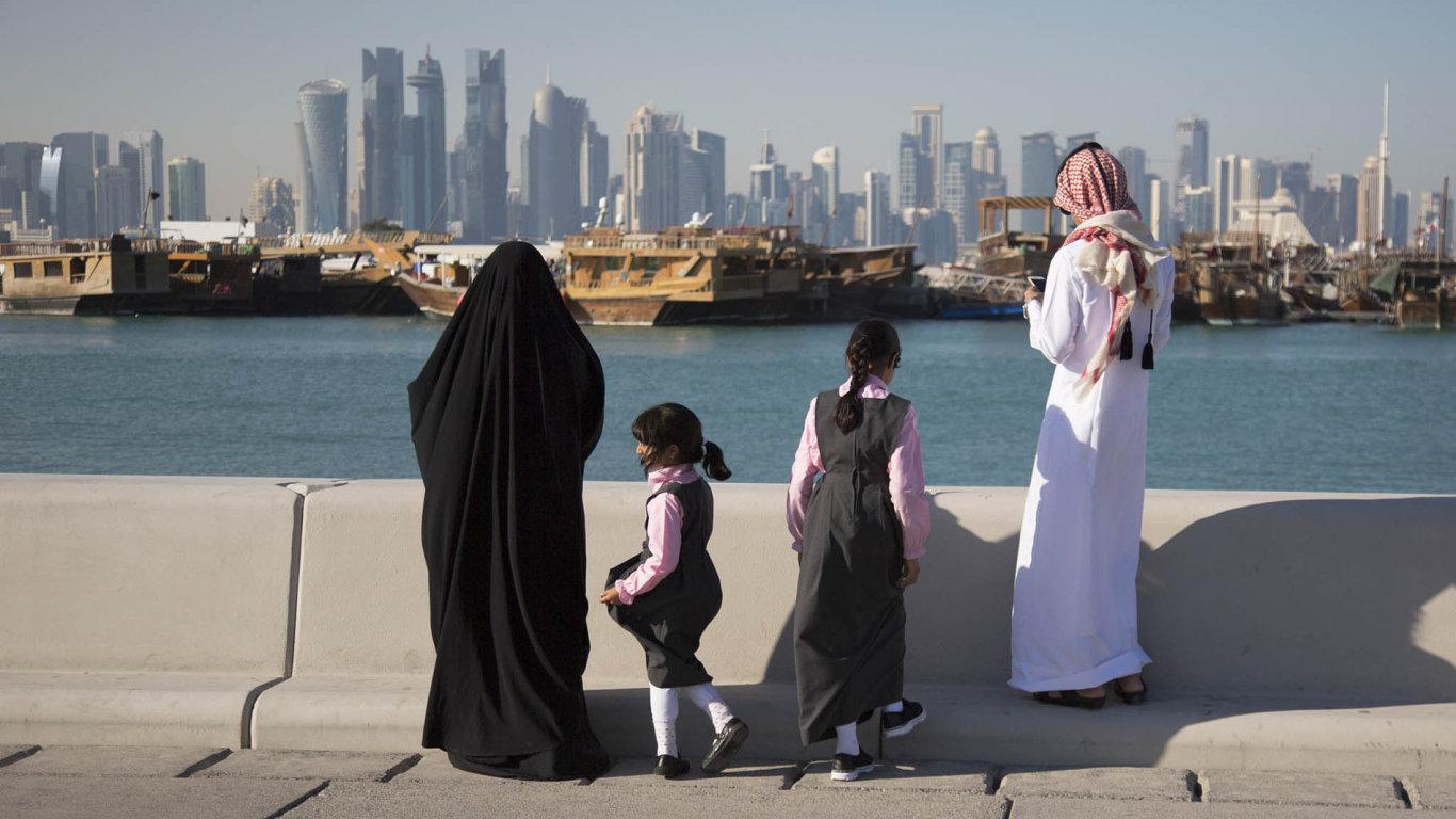 Blízkovýchodní země obviňují ropný emirát Katar ztoho, že podporuje teroristické organizace jako Islámský stát aal-Káida adestabilizuje tím bezpečnost vregionu.