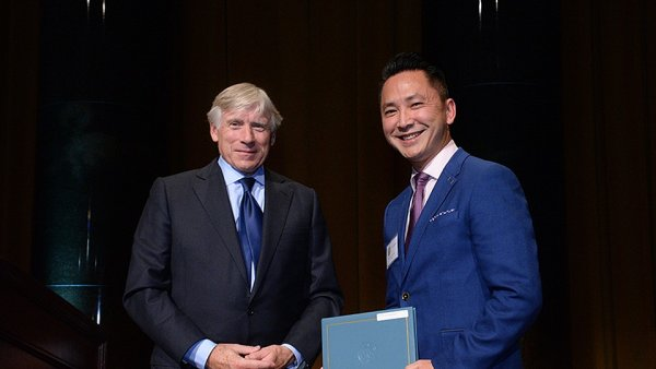 Na snímku spisovatel Viet Thanh Nguyen (vpravo) přebírá Pulitzerovu cenu od Leeho C. Bollingera, prezidenta Kolumbijské univerzity.