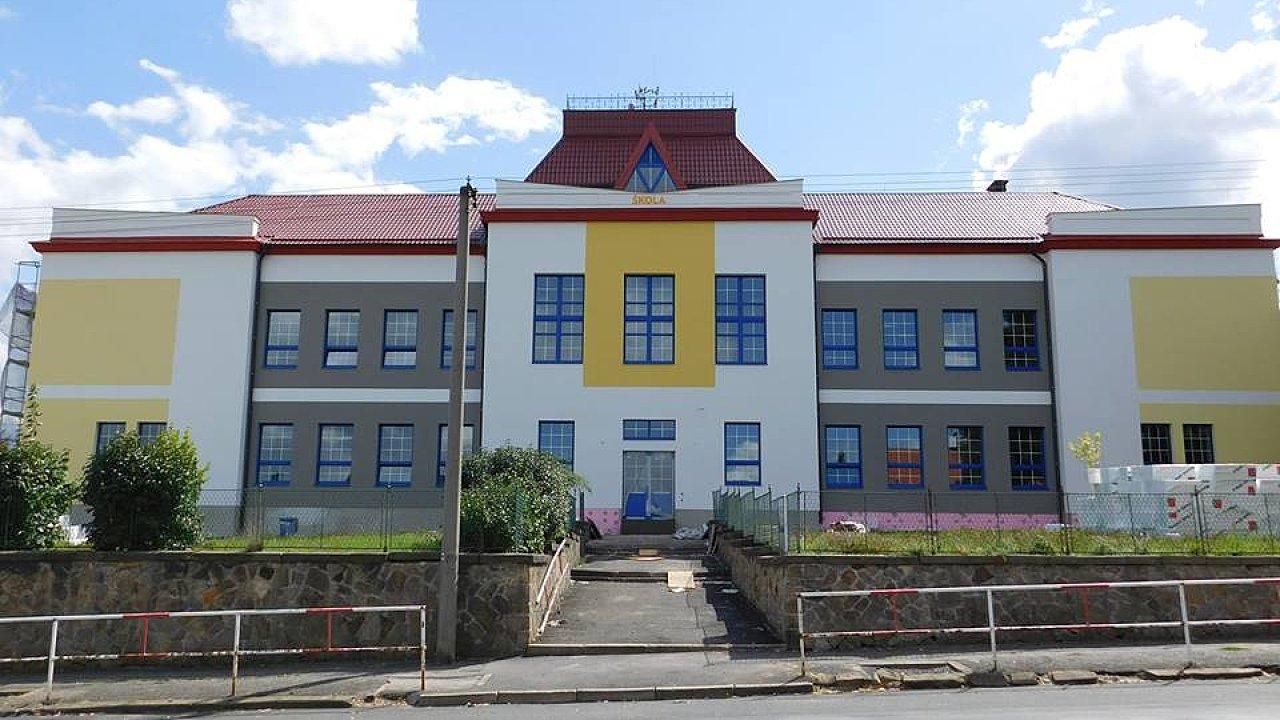 Zateplená základní škola v Kamenných Žehrovicích.