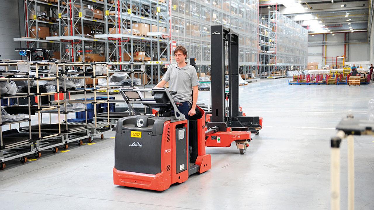 Nedávno otevřený podnik druhého největšího dodavatele skladovací techniky na světě, skupiny KION, využívá řadu automatizovaných prvků a výrobní i logistické procesy řídí propojené informační systémy.