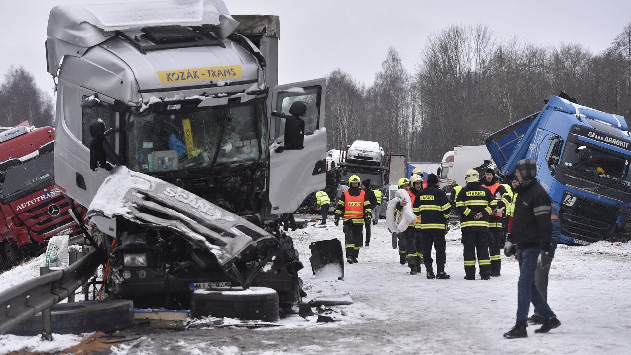 Husté sněžení a vítr komplikovaly dopravu i na silnicích Vysočiny. Dálnici D1 na Vysočině v obou směrech po poledni zablokovaly nehody na 99. kilometru nedaleko Větrného Jeníkova (na snímku).