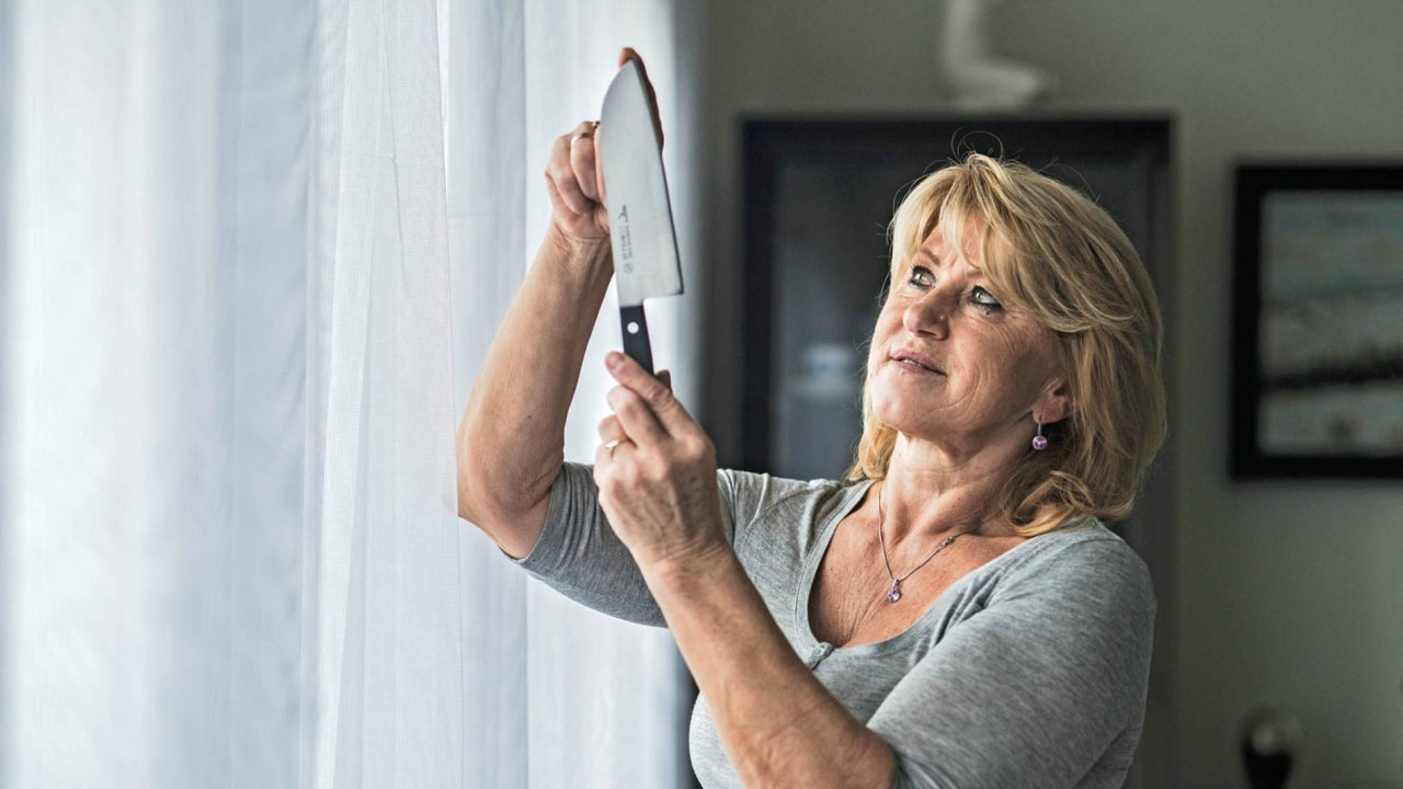 Práce na nožířských strojích vyžaduje opatrnost a soustředění.