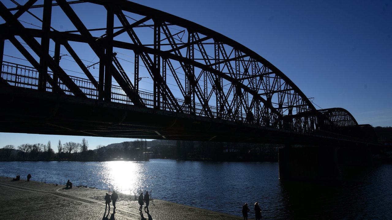 Železniční most na Výtoni v Praze.