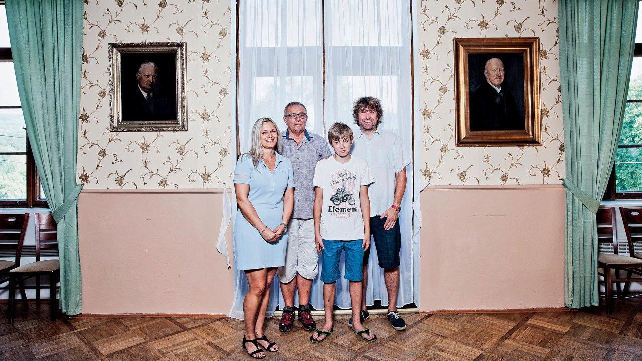 Jaromír Šimonek, jeho dcera Zuzana Pavlík Šimonková smanželem asynem mezi portréty předků nalobečském zámku.