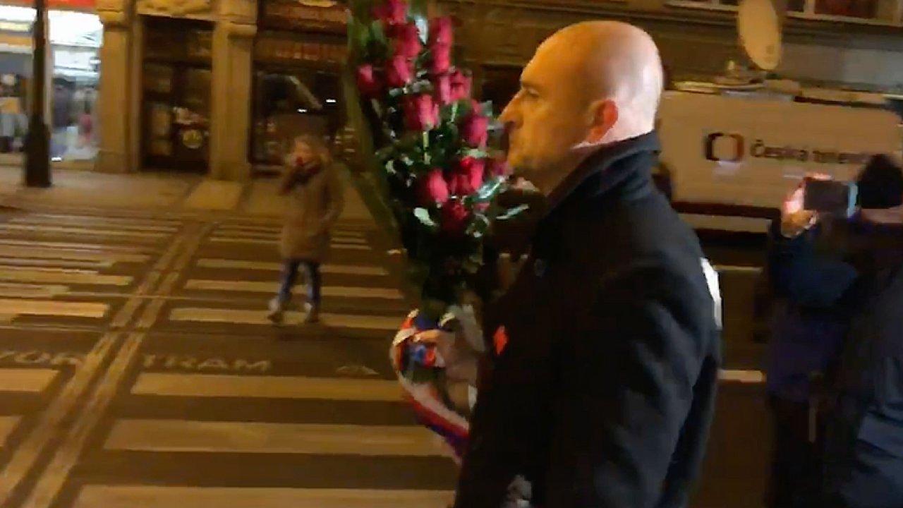 Takhle skončily květiny od Andreje Babiše a Tomia Okamury v koši