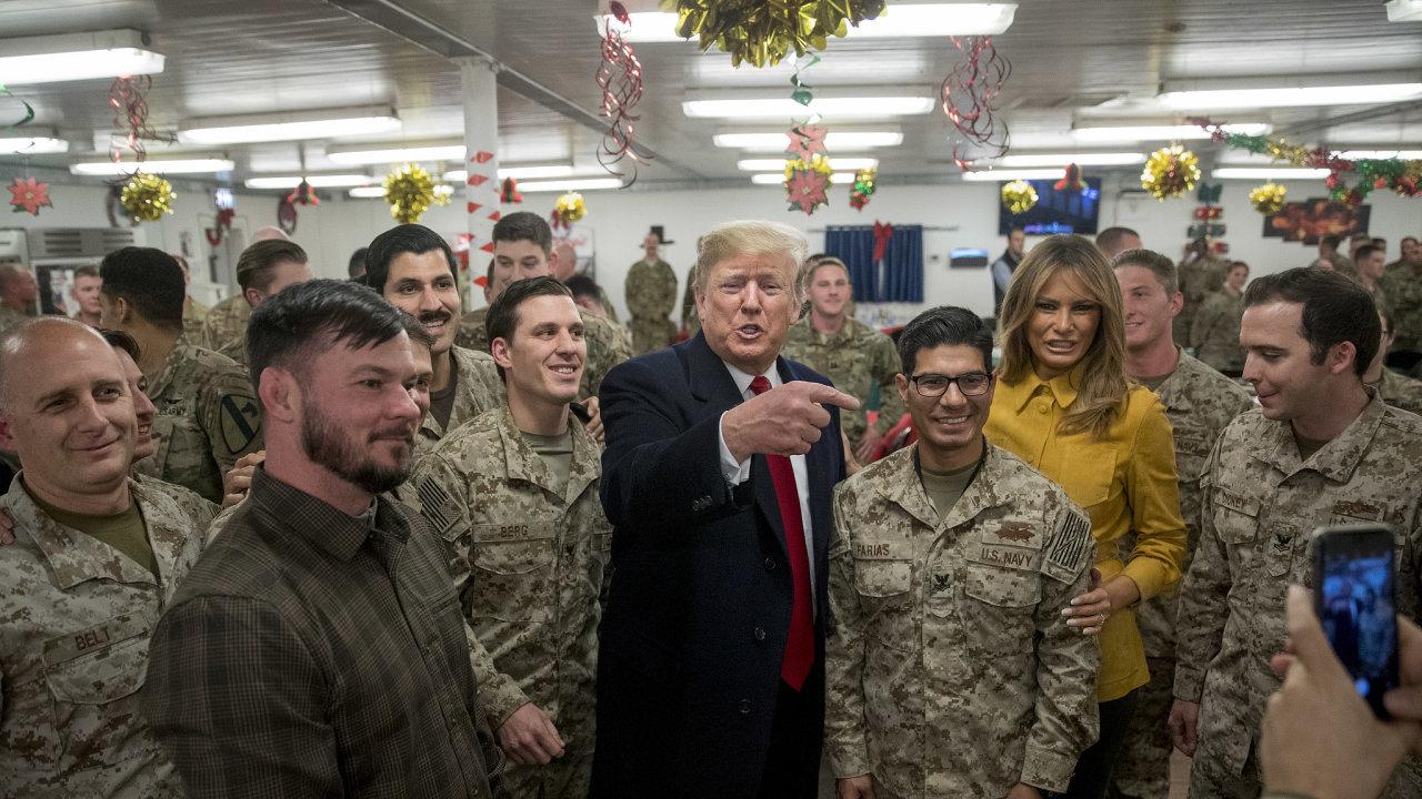 Americký prezident Donald Trump s manželkou Melanií nečekaně přiletěli do Iráku, aby poděkovali americkým vojákům, kteří tam slouží.