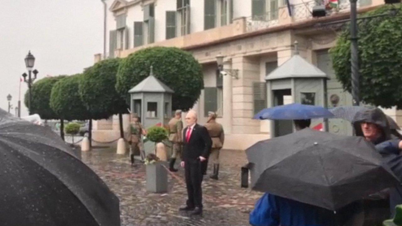 Další falešné video se Zemanem. V Maďarsku po pádu děkuje nápomocným kolemjdoucím