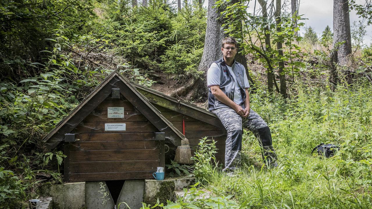 Vysychání želešského pramene sleduje hydrogeolog Martin Zrzavecký.