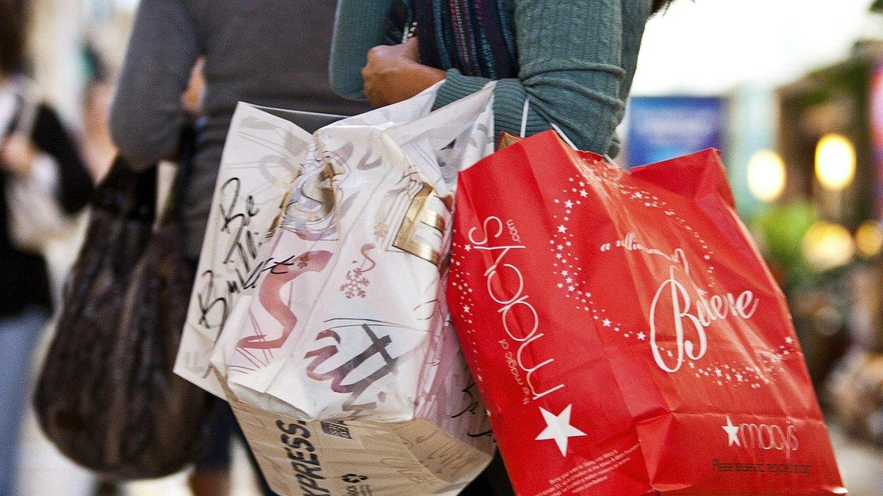 Nakupování, spotřebitelé, nákupní tašky. Ilustrační foto.