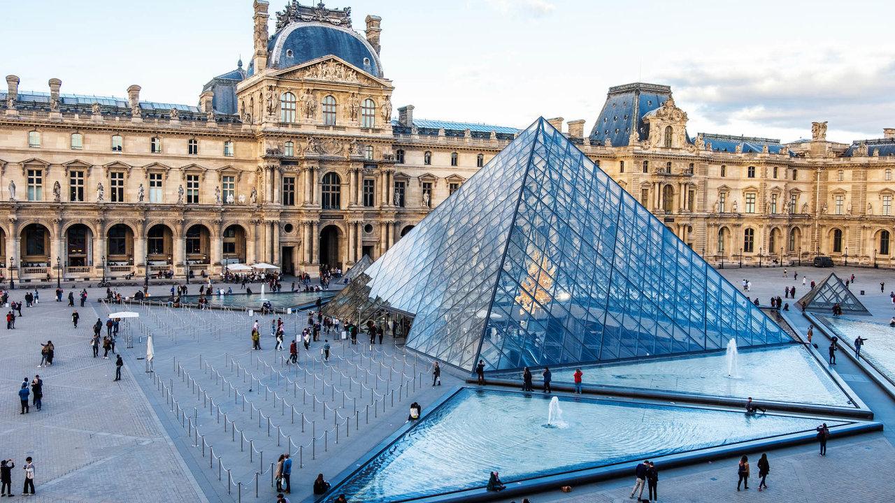 Muzeum umění v pařížském Louvru vystavuje zhruba 35 tisíc předmětů.