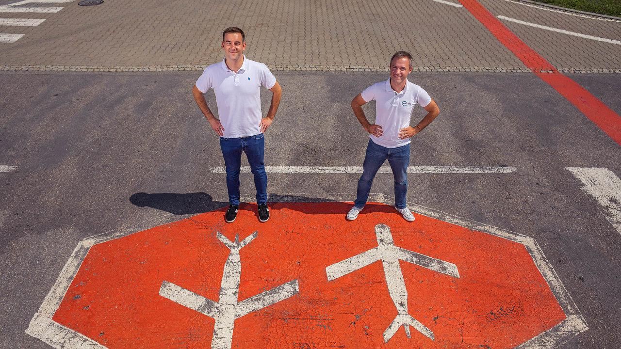 Spolupráce. Milan Kratina (Accolade– vlevo) aOliver Dlouhý (Kiwi) společně nakopnou letiště vBrně.
