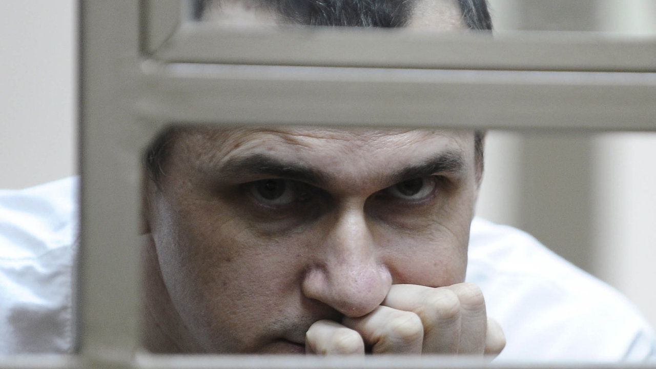 Režisér Oleh Sencov ajeho kolega Andrej Kolčenko dostali u ruského soudu tresty za údajnou přípravu teroristických útoků na Krymu.
