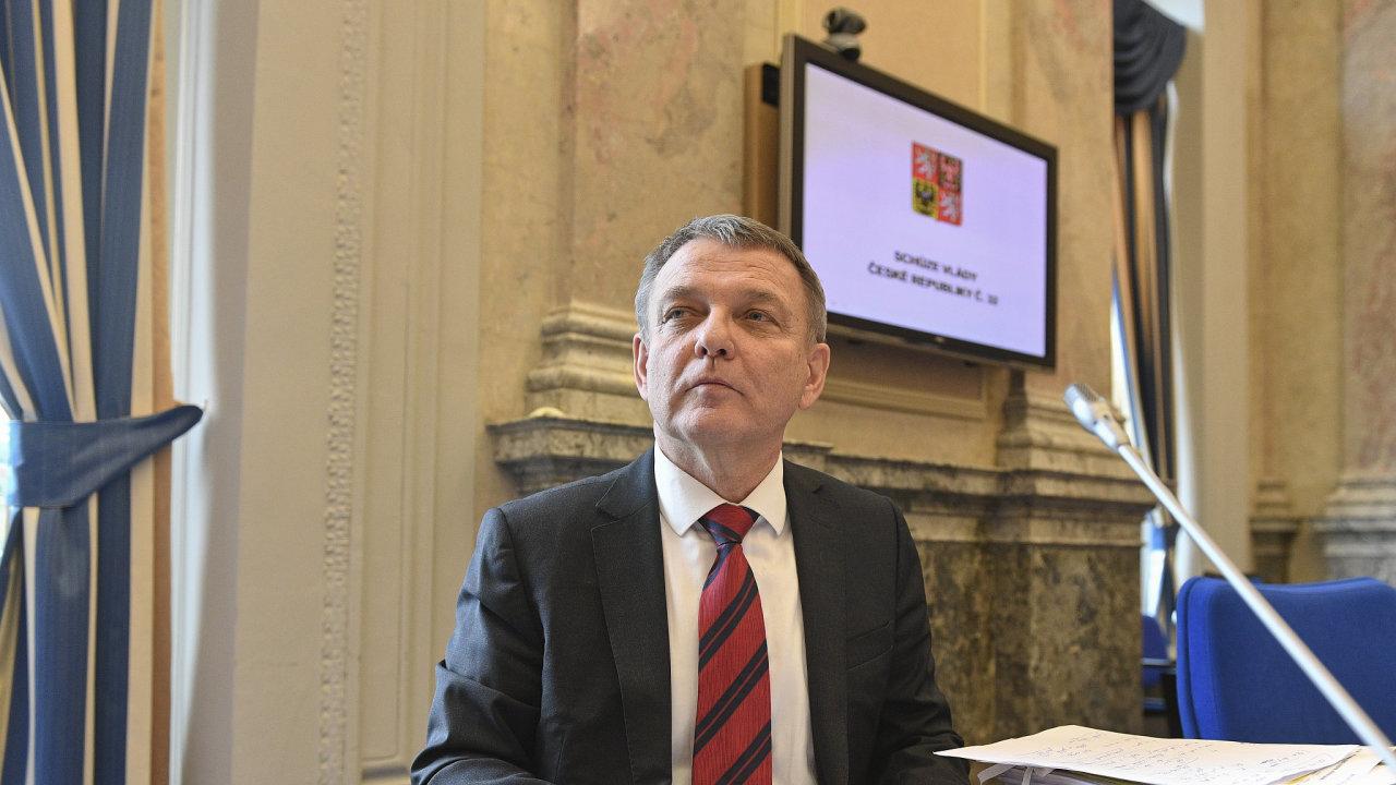 Ministr kultury Lubomír Zaorálek na schůzi vlády.