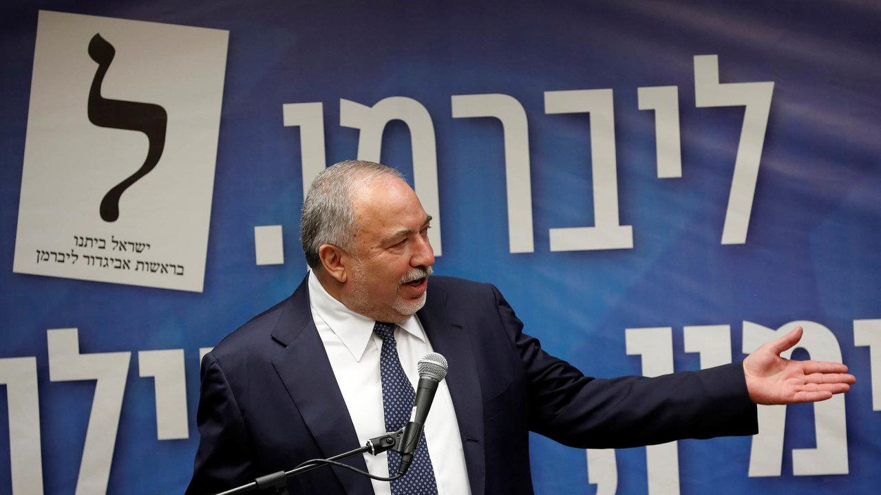 Palestincům neustupovat: Avigdor Lieberman vroce 1997 odešel zLikudu naprotest proti ústupkům Palestincům azaložil vlastní stranu Jisra'el bejtenu (Náš dům– Izrael).