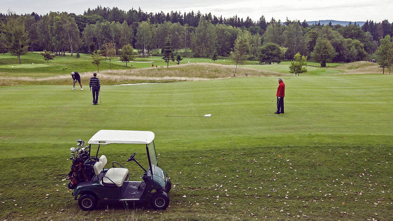 Golfistů ubývá: Hrát golf chodí otři tisíce lidí méně než před pěti lety. Nasnímku hřiště v Lázních Kynžvart.