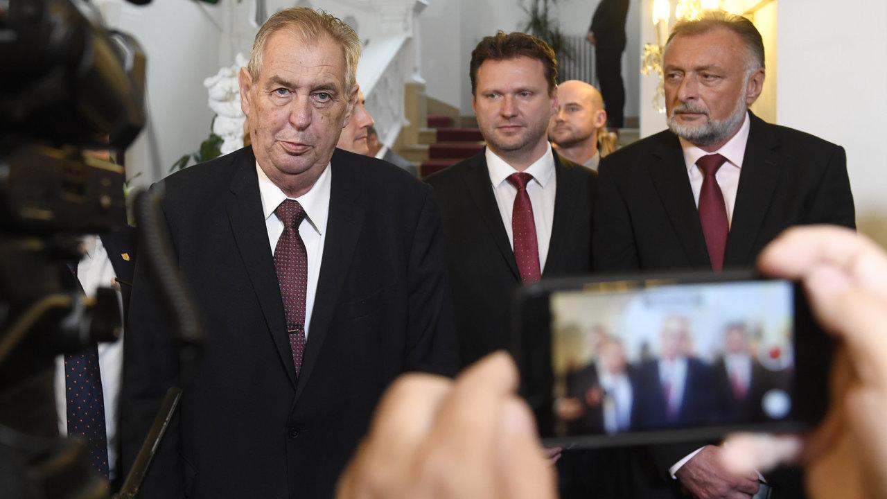 Prezident Miloš Zeman (vlevo) přichází na schůzi poslanecké sněmovny. Uprostřed je předseda sněmovny Radek Vondráček (ANO) a vpravo prezidentův tajemník Jaroslav Hlinovský.